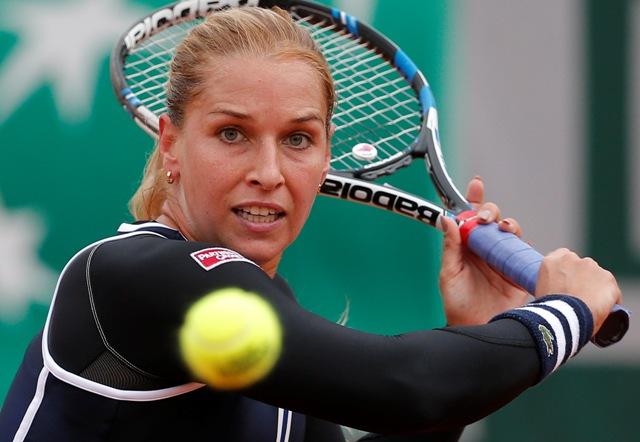 Slovenská tenistka Dominika Cibulková odvracia loptičku Číňanke Saj-saj Čeng v 1. kole ženskej dvojhry na grandslamovom turnaji Roland Garros