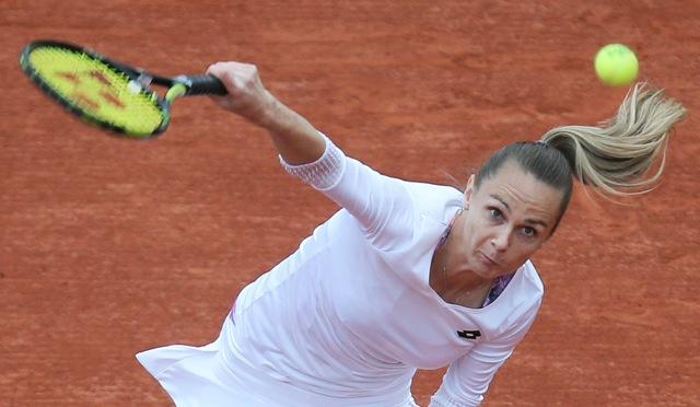 Slovenská tenistka Magdaléna Rybáriková podáva v zápase proti Američanke Serene Williamsovej v 1. kole ženskej dvojhry na grandslamovom turnaji Roland Garros v Paríži