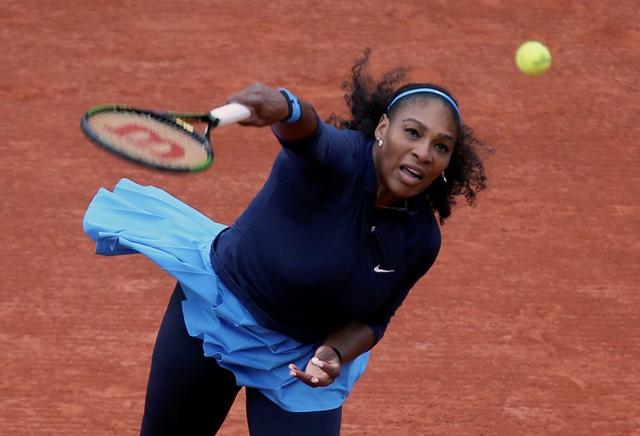 Americká tenistka Serena Williamsová podáva v zápase proti Slovenke Magdaléne Rybárikovej v 1. kole ženskej dvojhry na grandslamovom turnaji Roland Garros v Paríži