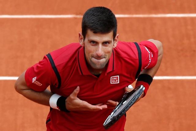 Na snímke srbský tenista Novak Djokovič ďakuje  fanúšikom po postupe do 2. kola na grandslamovom turnaji Roland Garros v Paríži po víťazstve nad Lu Yen-Hsunom z Taiwanu 6:4, 6:1 a 6:1