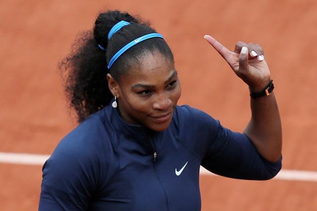 Americká tenistka Serena Williamsová zdraví divákom po víťazstve 6:2, 6:0 nad Slovenkou Magdalénou Rybárikovou v 1. kole ženskej dvojhry na grandslamovom turnaji Roland Garros