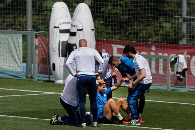Futbalista Realu Madrid Cristiano Ronaldo v opatrení zdravotníkov počas tréningu na sobotnajší finálový zápas Ligy majstrov proti Atleticu Madrid