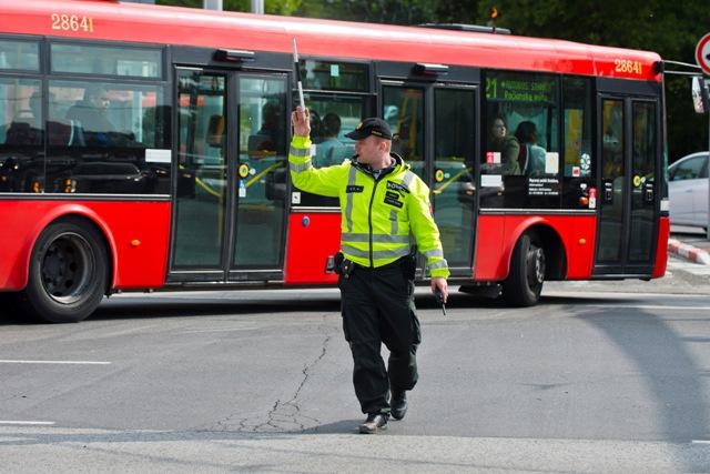 Policajt riadi dopravu počas úniku plynu na Lamačskej ceste v Bratislave
