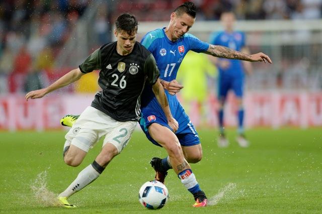 Sprava Marek Hamšík (Slovensko) a Julian Weigl (Nemecko) počas prípravného zápasu na EURO vo Francúzsku medzi úradujúcim majstrom sveta Nemeckom a Slovenskom