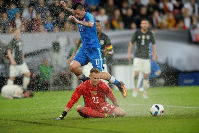 Hore Marek Hamšík (Slovensko) a nemecký brankár Marc André ter- Stegen počas prípravného zápasu na EURO vo Francúzsku medzi úradujúcim majstrom sveta Nemeckom a Slovenskom