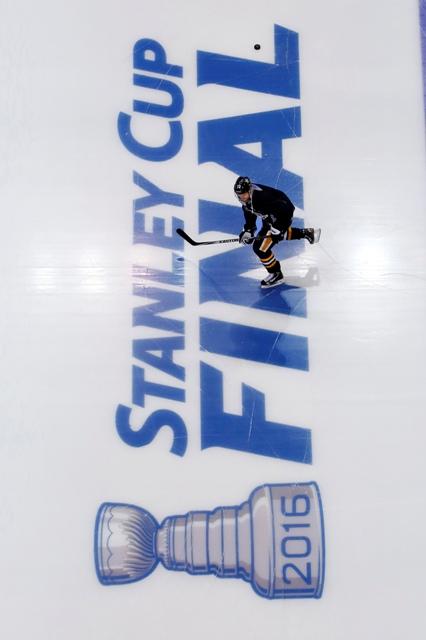 Hokejista Pittsburghu Patric Hornqvist počas tréningu v Pittsburghu 29. mája 2016. Tučniaci sa pripravujú na úvodný finálový zápas zámorskej hokejovej NHL proti San Jose Sharks, ktorý sa odohrá v Pittsburghu v pondelok 30. mája