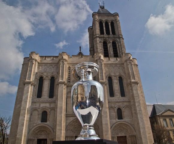 Trofej pre majstrov Európy vo futbale nainštalovaná pred bazilikou Saint Denis v parížskej časti Saint-Denis
