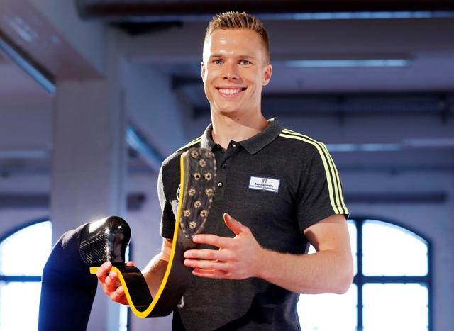 Nemecký hendikepovaný pretekár v skoku do diaľky Markus Rehm drží svoju protézu