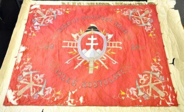 Neúprosný zub času si vyžiadal svoju daň. Hasiči z Veľkých Kostolian si preto nechali vyrobiť vernú repliku svojej historickej zástavy