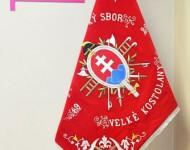 Replika zástavy – DHZ Veľké Kostoľany vyvesená na žrdi