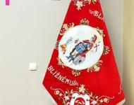 Na zadnej strane zástavy (revers) je vyobrazená postava sv. Floriana a miestna dominanta. Nechýba ani známe hasičské heslo – SLÁVA BOHU, POMOC BLÍŽNEMU