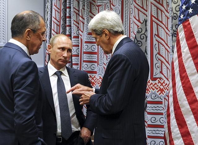 Na snímke ruský prezident Vladimir Putin (v strede) počúva ruského ministra zahraničných vecí Sergeja Lavrova (vľavo) a amerického ministra zahraničných vecí Johna Kerryho (vpravo). Ilustračné foto