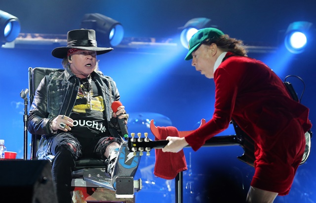 Na snímke vpravo gitarista skupiny AC/DC Angus Young a spevák skupiny Guns N' Roses Axl Rose počas koncertu v Lisabone