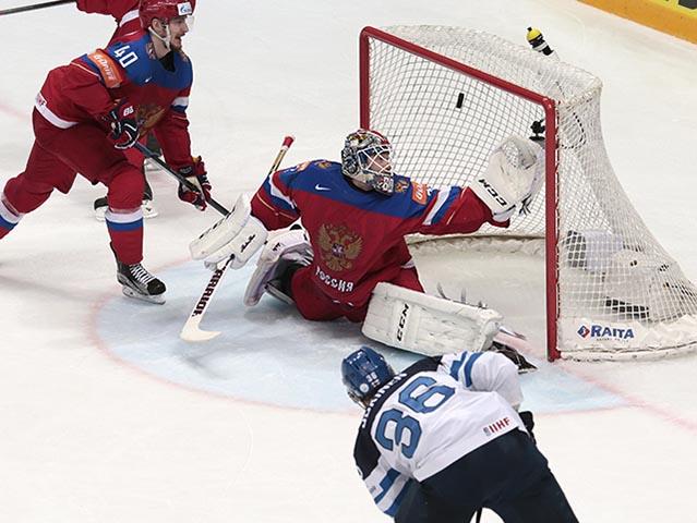 Fínsky hráč Jussi Jokinen (vpravo) strieľa druhý gól ruskému brankárovi Sergejovi Bobrovskému