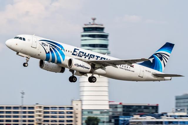 Na nímke z roku 2015 lietadlo Airbus A320 leteckej spoločnosti EgyptAir