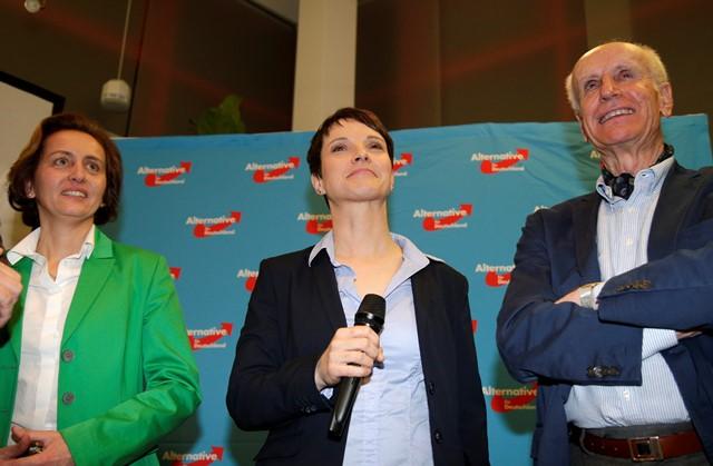 Na snímke líderka pravicovopopulistickej Alternatívy pre Nemecko (AfD) Frauke Petryová (uprostred), členovia predsedníctva AfD Beatrix von Storchová (vľavo) a Albrecht Glaser (vpravo)