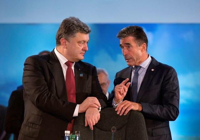 Na snímke Anders Fogh Rasmussen a ukrajinský prezident Petro Porošenko