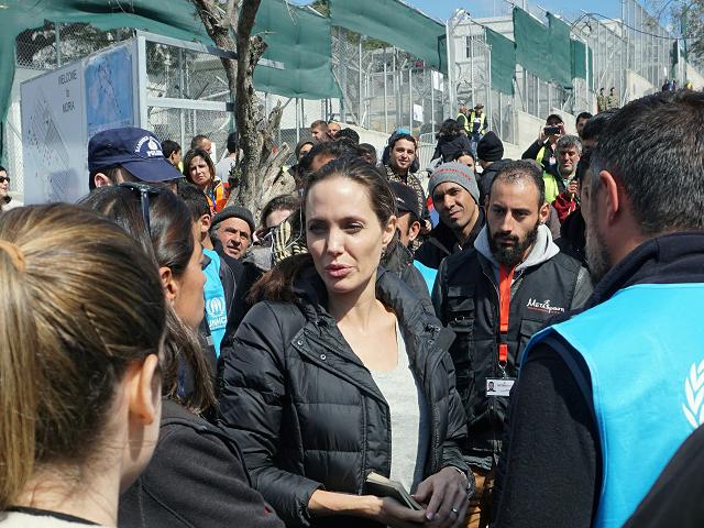 Na snímke Angelina Jolieová s migrantmi