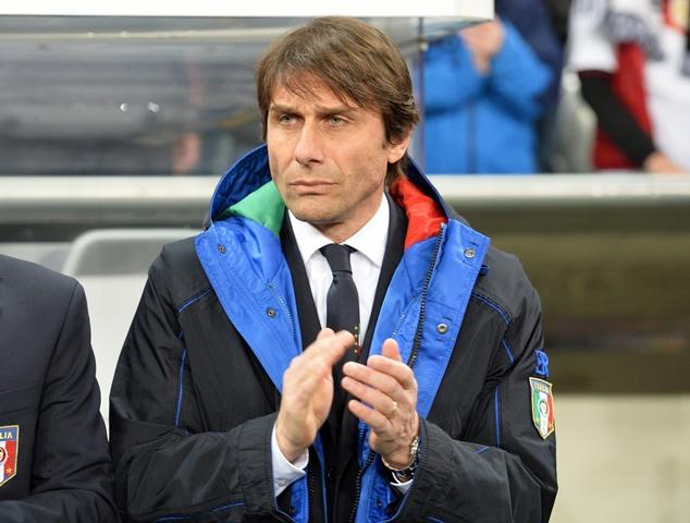 Na snímke tlieska taliansky tréner Antonio Conte