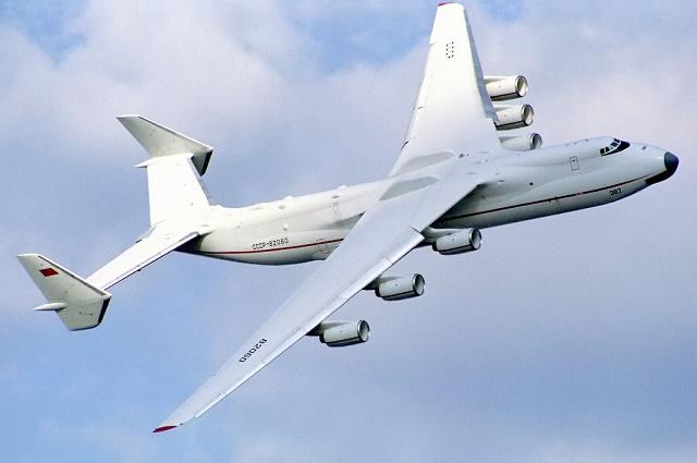 Na snímke najdlhšie lietadlo Antonov An-225 Mrija