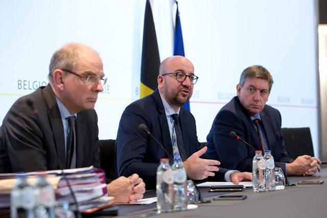 Na snímke Belgický premiér Charles Michel (uprostred), minister spravodlivosti Koen Greens (vľavo) a minister vnútra Jan Jambon