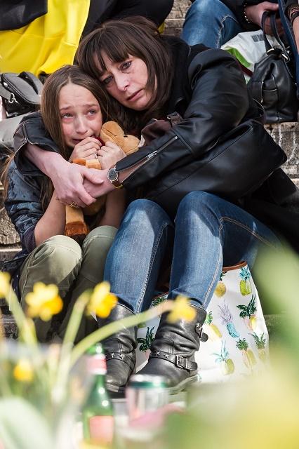 Na snímke žena objíma dievča na námestí Place de la Bourse po teroristických útokoch v Bruseli v marci tohto roku