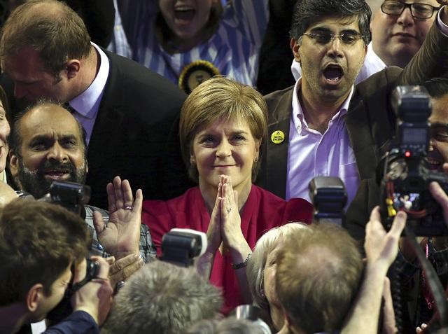 """Na snímke šéfka Škótskej národnej strany Nicola Sturgeonová počas vyhlásenia výsledkov jej strany v parlamentných voľbách v  škótskom Glasgowe 8. mája 2015. Sturgeonová vyhlásila, že Milibandovi labouristi """"strácali dôveru škótskeho ľudu"""" už roky. Jej strana získala v Škótsku drvivú väčšinu kresiel a pretvorila britskú volebnú mapu, napísala agentúra AP. V Škótsku mali desaťročia prevahu labouristi"""