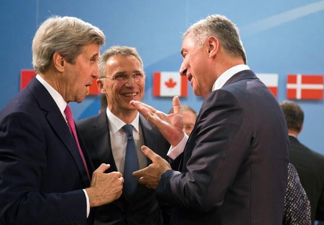 Na snímke čiernohorský premiér Milo Djukanovič (vpravo) sa rozpráva s generálnym tajomníkom NATO Jensom Stoltenbergom (v strede) a americkým ministrom zahraničných vecí Johnom Kerrym (vľavo)