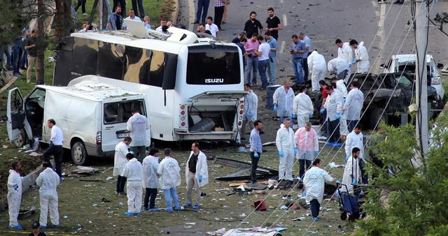 Na snímke útok na policajné vozidlo v Diyarbakire