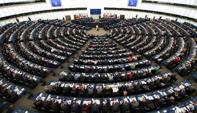 Na snímke poslanci Európskeho parlamentu