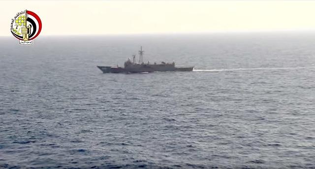 Na snímke z videa zverejnenej egyptským ministerstvom obrany egyptská námorná loď pátra v Stredozemnom mori po troskách zmiznutého egyptského lietadla