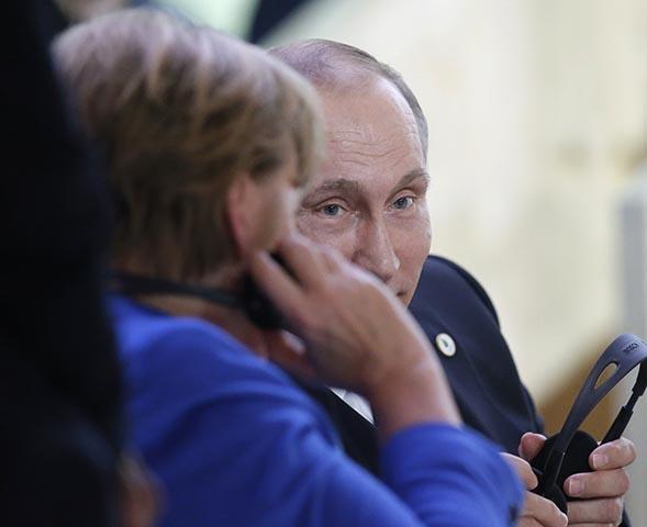 Na snímke vpravo ruský prezident Vladimir Putin a vľavo nemecká kancelárka Angela Merkelová