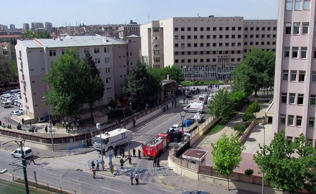 Na snímke príslušníci bezpečnostných síl, forenzní pracovníci a zdravotníci vyšetrujú na mieste výbuchu pred sídlom policajnej stanice v tureckom Gaziantepe