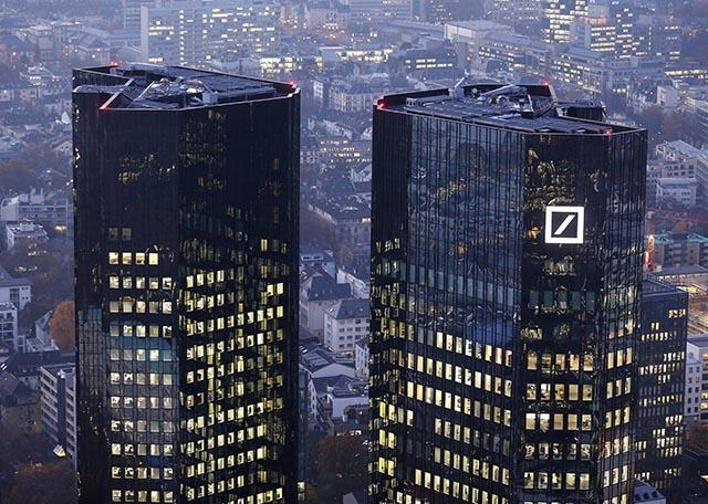 Na archívnej snímke z 13. novembra 2012 sídlo Deutsche Bank vo Frankfurte nad Mohanom.