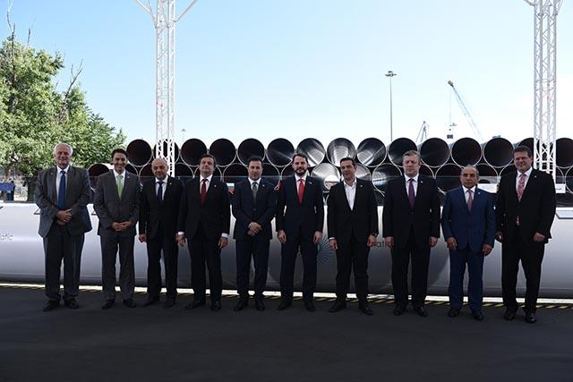 Grécky premiér Alexis Tsipras (štvrtý sprava) pózuje s podpredsedom Európskej komisie (EK) pre Energetickú úniu Marošom Šefčovičom (vpravo) a ďalšími predstaviteľmi počas slávnostného ceremoniálu k začatiu stavebných prác Transjadranského plynovodu (TAP)