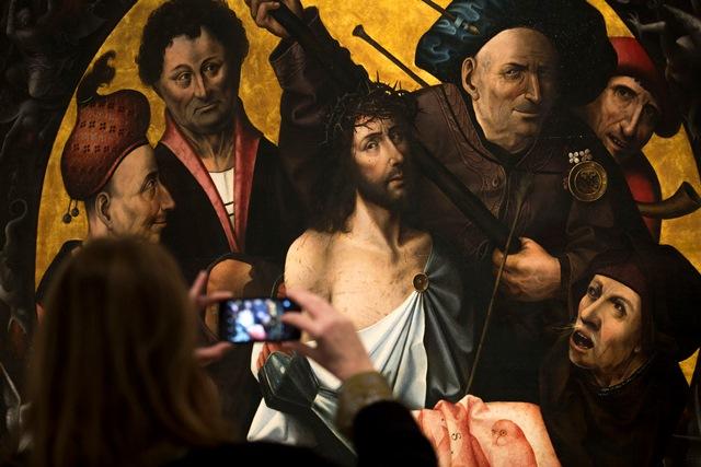 Na snímke návštevníčka si fotí triptych Korunovanie tŕním z dielne holandského renesančného maliara Hieronyma Boscha