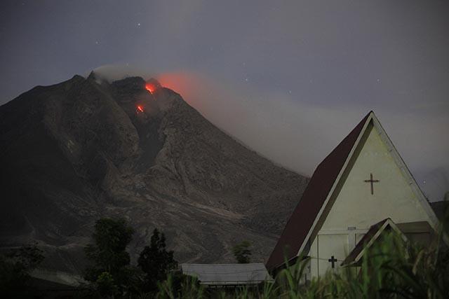 chŕliaca indonézska sopka Sinabung láva