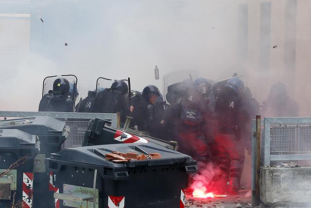 policajti demonštranti taliansko-rakúske pohraničie