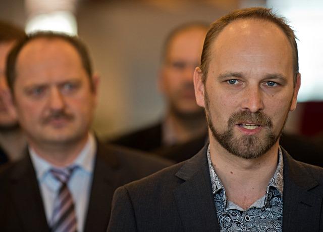 Na snímke v pozadí poslanec Zsolt Simon, v popredí Jozef Viskupič