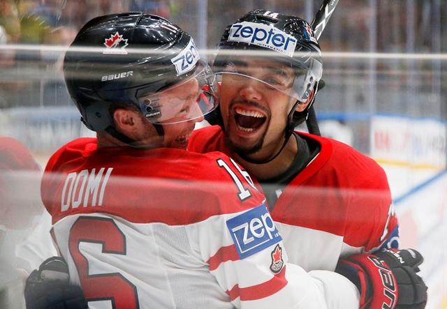 Na snímke kanadský hokejista Max Domi (vľavo) a jeho spoluhráč Matt Dumba sa tešia po strelení gólu