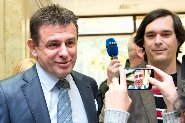 Na snímke vľavo minister životného prostredia SR László Sólymos