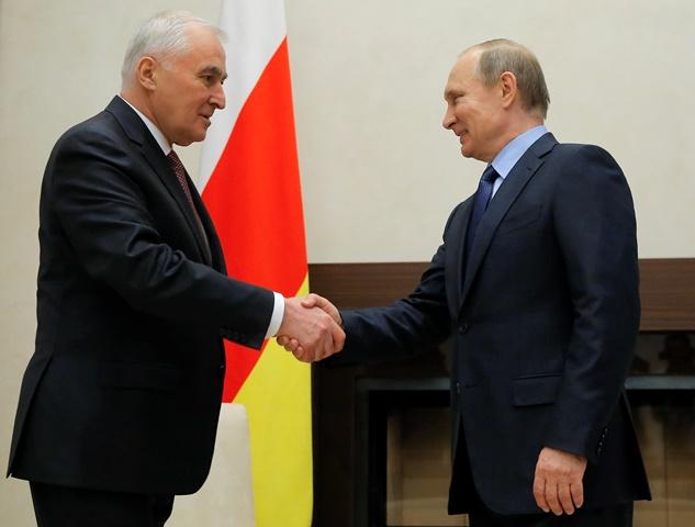 Na snímke vpravo ruský prezident Vladimir Putin si podáva ruky s prezidentom gruzínskej odštiepeneckej provincie Južné Osetsko Leonidom Tibilovom