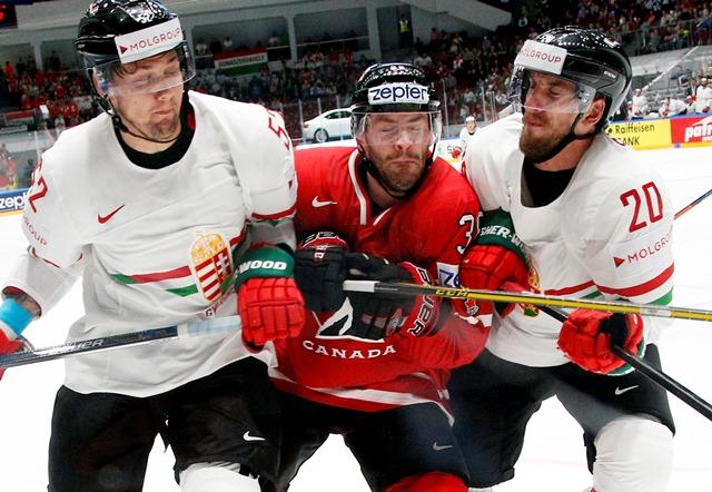 Na snímke kanadský hokejista  Boone  Jenner (uprostred) a dvojica Maďarov István Sofron (vpravo) a Jesse Dudas počas zápasu základnej B-skupiny Maďarsko - Kanada