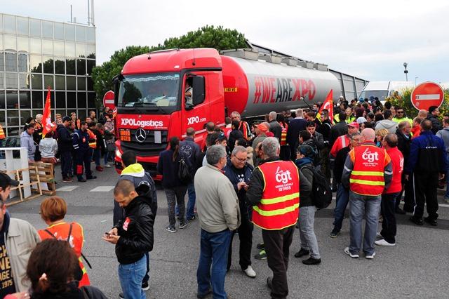 Na snímke odborári blokujú vstup do priemyselnej zóny v meste Vitrolles pri Paríži na juhu Francúzska počas celonárodných štrajkov a protestov proti reformám zákonníka práce