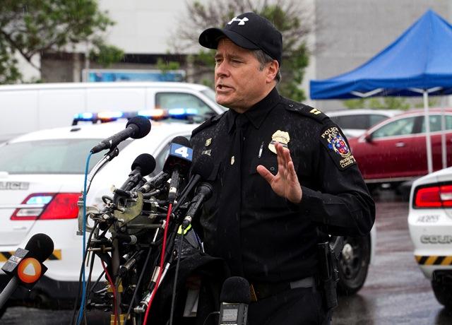 Na snímke policajný kapitán informuje o streľbe