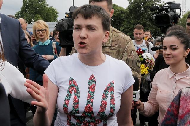 Na snímke Nadija Savčenková poskytuje rozhovor novinárom po prílete na kyjevské letisko Boryspiľ