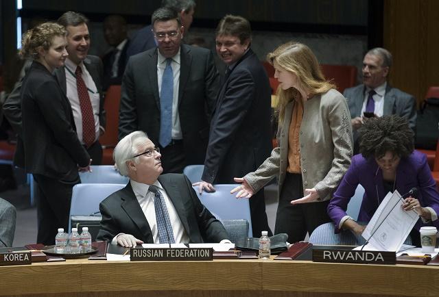 """Veľvyslanec Ruska pri OSN Vitalij Čurkin a  veľvyslankyňa  USA pri OSN Samantha Powerová """"výraznejšie"""" diskutujú pred začiatkom osobitného zasadania Bezpečnostnej rady OSN"""