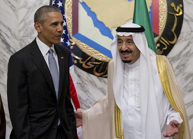Americký prezident Barack Obama (vľavo) si podáva ruku so saudskoarabským kráľom Salmánom počas summitu Rady spolupráce krajín Golfského zálivu v paláci Diriyah v Rijáde 21. apríla 2016.