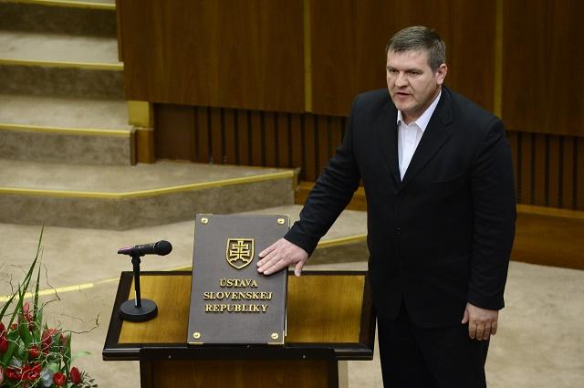 Na snímke Ondrej Binder skladá poslanecký sľub