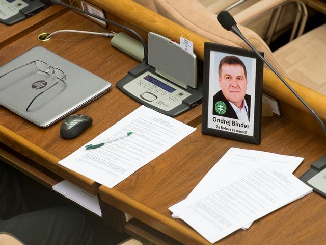 Na snímke portrét zosnulého poslanca Ondreja Bindera (ĽS - Naše Slovensko) na stole v rokovacej sále